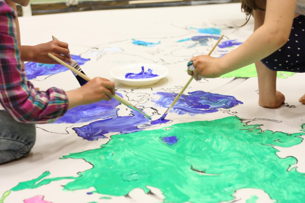 Lapset maalaamassa maailmaa uudelleen